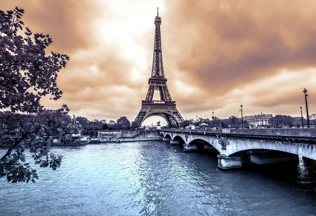 pieces-xxl-la-tour-eiffel-par-temps-de-pluie-en-hiver