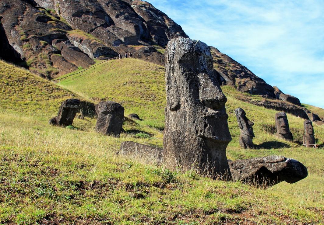 ile-de-paques-moai-at-quarry