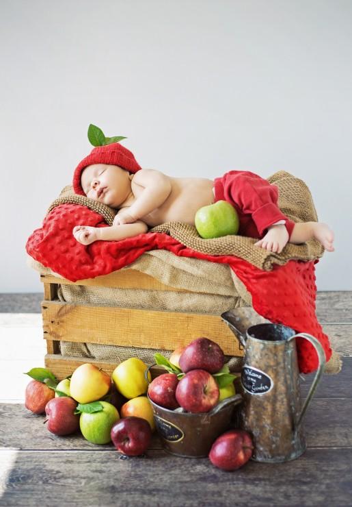 konrad-bak-baby-and-apples